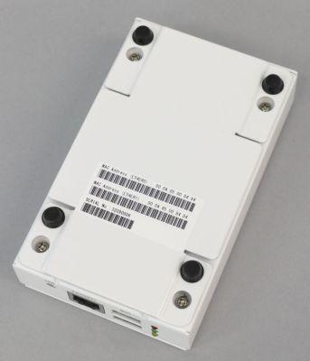写真8 OpenBlockS 600の底面。ゴム足の横に4つのねじが見える。底面の4つのねじを取り外した後、筐体上部を持ち上げながらスライドさせることで筐体上部を取り外せる。なお、製品版では本体底面に銘板が貼られている(撮影には製品サンプル版を使用)