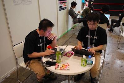 写真15 「日々是ハック也」というモットーの下、会場裏でハックに励むOSDNのエンジニアチーム