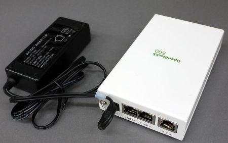 写真12 電源コネクタの脇には電源ケーブルをロックするためのクランプが備えられている