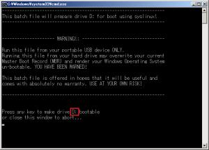 Gparted liveを起動可能にするドライブを確認し、キーボードの任意のキーを押すとUSBメモリからGparted liveが起動可能になる。この例ではUSBメモリがD:ドライブに割り当てられているが、環境に応じてドライブレターは変わるので注意してほしい