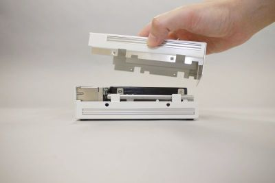図13 側面のネジを取り外して筐体上部を持ち上げるだけで容易に内部にアクセスできる