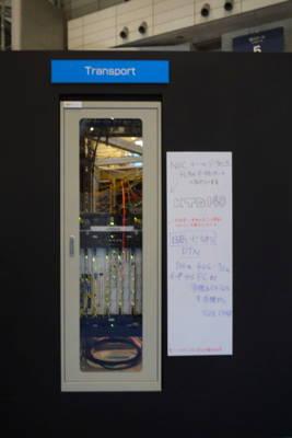 写真3 「ShowNet」を構成する機器は、来場者から見える形で設置されている。提供ベンダーの手書きコメントも面白い